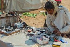 传统市场在普斯赫卡尔 传统礼服cha的印地安人 库存图片