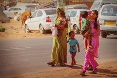 传统市场在普斯赫卡尔 印地安妇女熊孩子 图库摄影