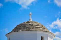 传统希腊教会圆顶在斯科派洛斯岛海岛上的 免版税库存照片