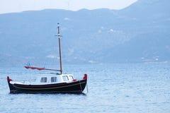 传统希腊渔船 免版税库存照片