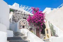 传统希腊语粉刷了石房子,圣托里尼海岛,希腊 库存照片