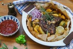 传统希腊kleftiko,一个被用烤箱烘的羊羔炖煮的食物 库存照片