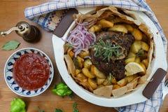 传统希腊kleftiko,一个被用烤箱烘的羊羔炖煮的食物 免版税库存照片