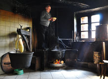 传统干酪制造在意大利阿尔卑斯 免版税库存照片