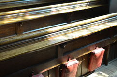 传统座位在英国教会里 免版税库存照片