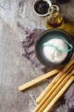 传统意大利乳酪burrata, stic自创grissini的面包 库存照片