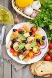 传统意大利人Panzanella沙拉用新鲜的蕃茄和酥脆面包 库存图片