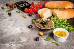 传统意大利开胃菜橄榄凤尾鱼汤 图库摄影
