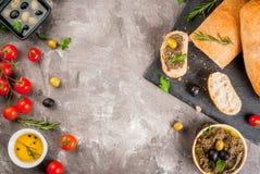 传统意大利开胃菜橄榄凤尾鱼汤 库存图片