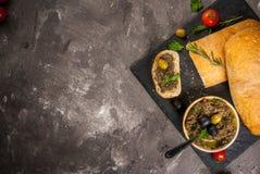传统意大利开胃菜橄榄凤尾鱼汤 库存照片