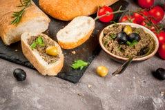 传统意大利开胃菜橄榄凤尾鱼汤 免版税库存图片