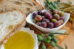 传统意大利开胃菜-新鲜的家制面包,额外virg 图库摄影