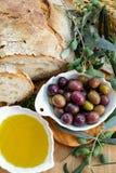 传统意大利开胃菜-新鲜的家制面包,额外virg 免版税库存照片