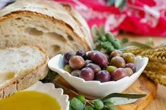 传统意大利开胃菜-新鲜的家制面包,额外virg 库存照片