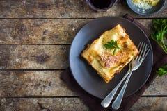 传统意大利烤宽面条用剁碎的牛肉博洛涅塞调味汁 图库摄影