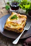 传统意大利烤宽面条用剁碎的牛肉博洛涅塞调味汁 库存图片
