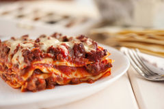 传统意大利烤宽面条用剁碎的牛肉博洛涅塞调味汁 免版税图库摄影