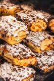 传统意大利甜点在点心的橱窗里在威尼斯,意大利购物 免版税库存图片