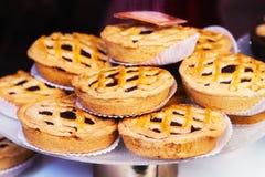 传统意大利甜点在点心的橱窗里在威尼斯,意大利购物 库存图片