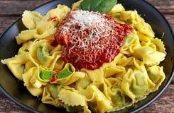 传统意大利自创菠菜和乳清干酪意大利式饺子用marinara souce巴马干酪 库存照片