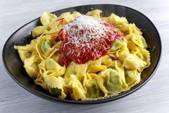 传统意大利自创菠菜和乳清干酪意大利式饺子用marinara souce巴马干酪 免版税库存图片