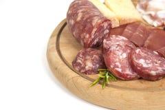 传统意大利蒜味咸腊肠和乳酪开胃小菜 免版税库存图片