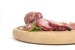 传统意大利蒜味咸腊肠和乳酪开胃小菜 免版税库存照片