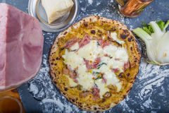 传统意大利薄饼用无盐干酪、茴香、火腿和西红柿酱 免版税库存图片