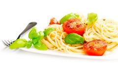 传统意大利通心面面团用烤蕃茄和orega 库存照片