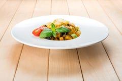 传统意大利面团用茄子和夏南瓜 免版税库存照片