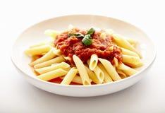 传统意大利面团用西红柿酱和蓬蒿 免版税库存照片