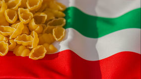 传统意大利面团,与意大利旗子的颜色的概念图象 为背景使用 许多写的文本地方 库存照片