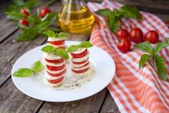 传统意大利caprese沙拉开胃小菜与 免版税图库摄影