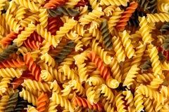 传统意大利fusilli tricocolore关闭 背景,纹理 免版税图库摄影