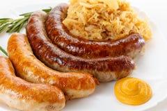 传统慕尼黑啤酒节香肠菜单、板材和德国泡菜 免版税图库摄影