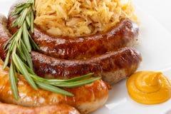 传统慕尼黑啤酒节香肠菜单、板材和德国泡菜 免版税库存图片