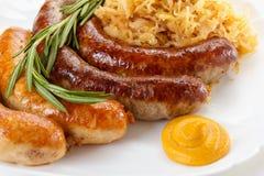 传统慕尼黑啤酒节香肠菜单、板材和德国泡菜 免版税库存照片