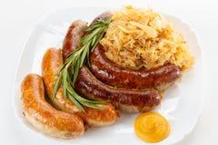 传统慕尼黑啤酒节香肠菜单、板材和德国泡菜 库存图片