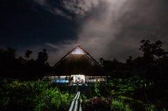 传统房子Mentawai部落在密林在晚上 库存图片