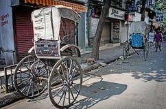 传统手被拉扯的印地安人力车 库存图片
