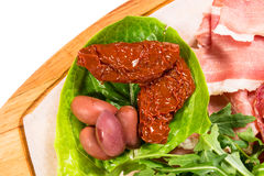 传统托斯坎开胃小菜盛肉盘特写镜头 图库摄影