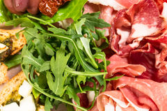 传统托斯坎开胃小菜盛肉盘特写镜头 库存照片