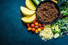 传统拉丁街道食物、炸玉米饼用牛肉和沙拉 免版税图库摄影