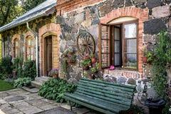 传统拉脱维亚房子门面墙壁  免版税库存照片
