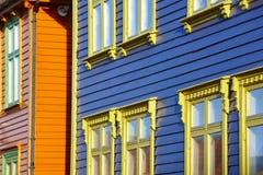 传统挪威多色的门面在斯塔万格村庄 免版税库存照片