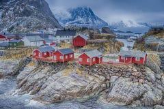 传统挪威渔小屋村庄在Hamnoy在早期的春天 免版税库存照片