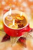 传统捷克圣诞节-自创装饰-有蜡烛和香料的胡说的小船在碗 免版税库存图片