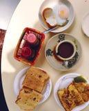 传统新加坡食品店早餐:kaya多士,荷包蛋,咖啡 库存图片