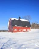 传统新英格兰红色谷仓在冬天 免版税库存图片