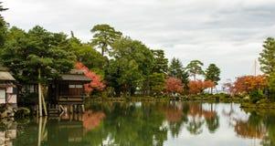 传统日本庭院池塘 免版税库存照片